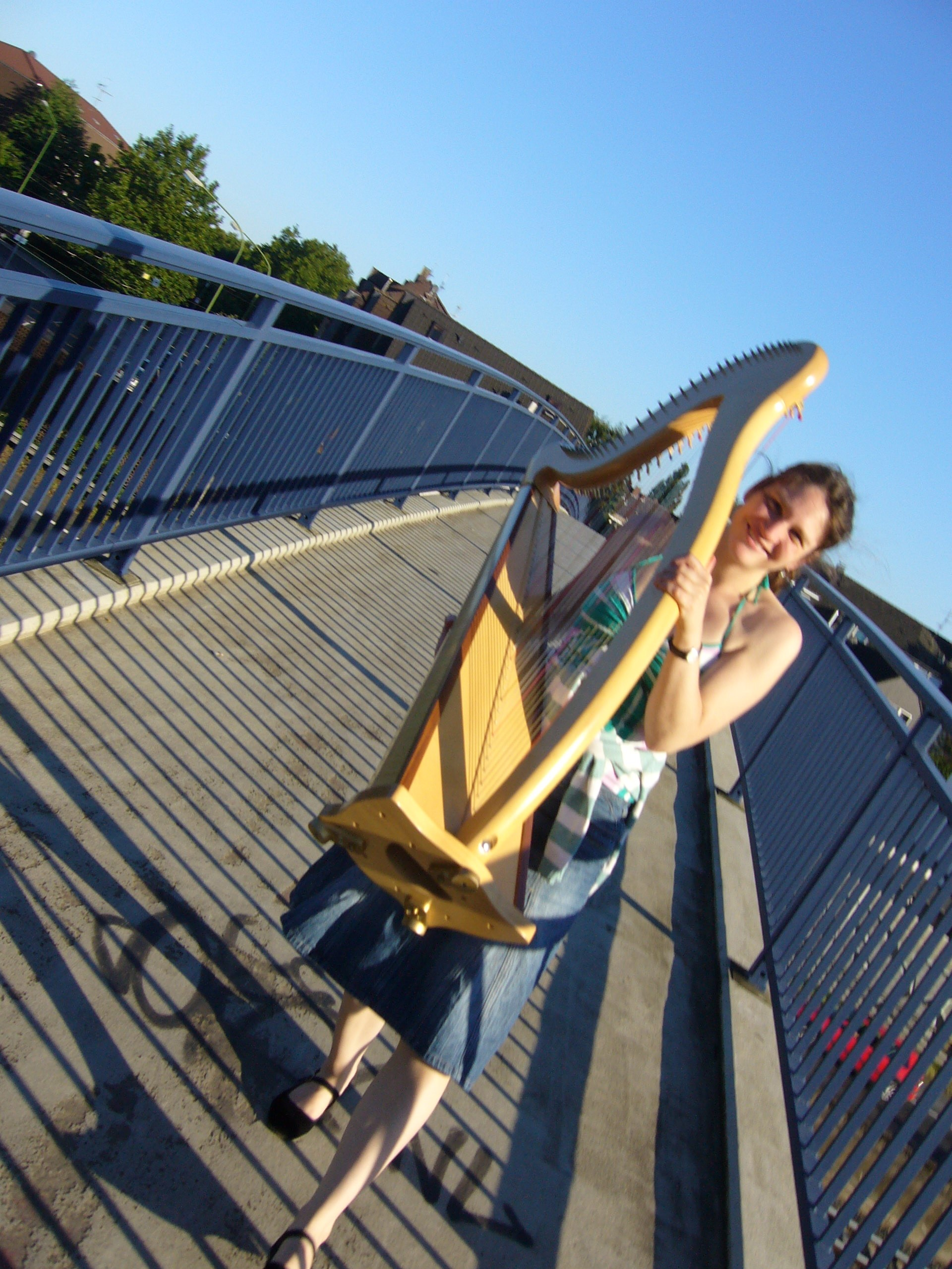 Christiane Voth mit Harfe