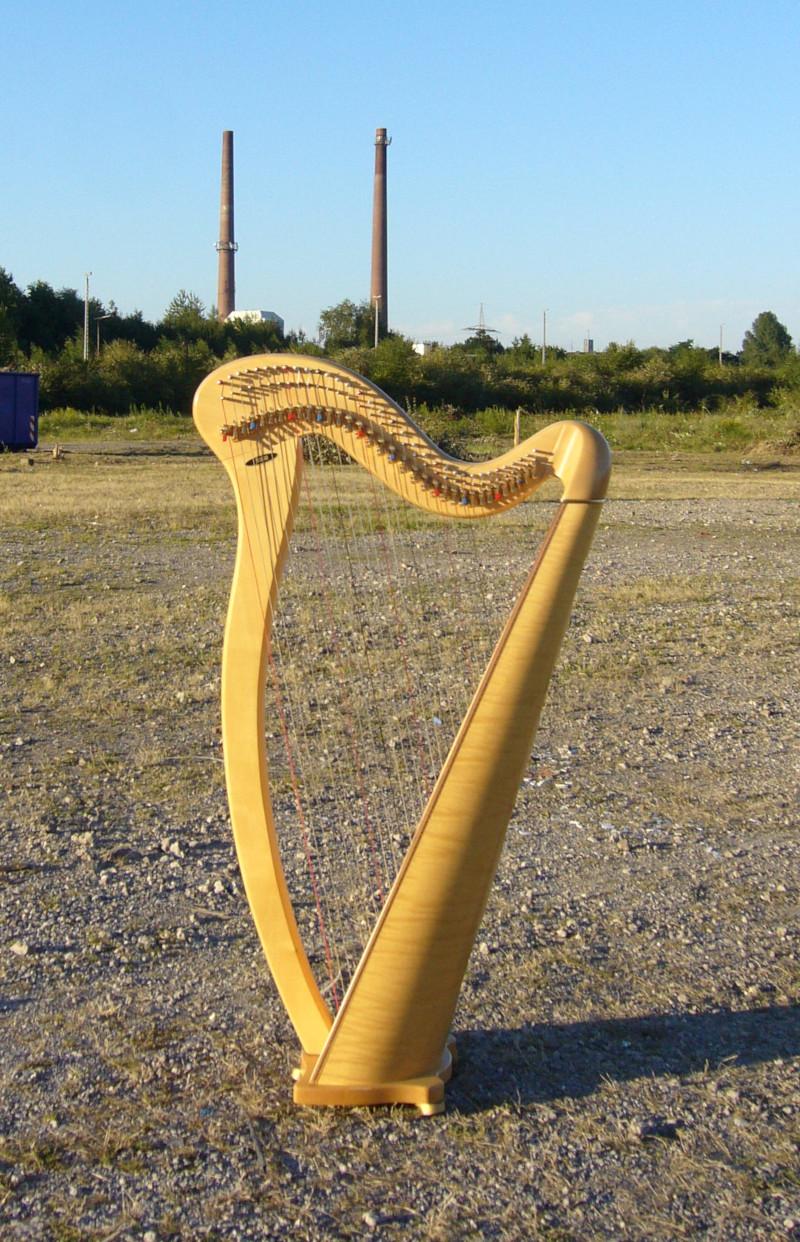 kleine Harfe mit Ruhrgebiets-Hintergrund